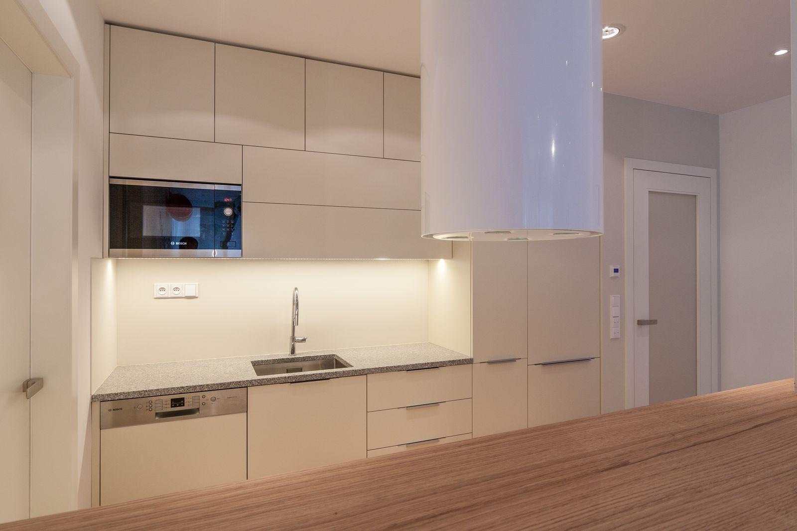 bílá ostrůvková digestoř v kuchyni