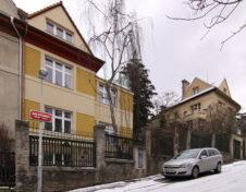 Pohled na rekostruovaný rodinný dům z ulice