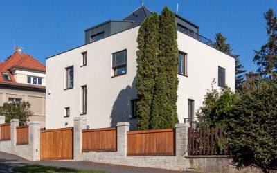 nový dům ve staré zástavbě Vokovic