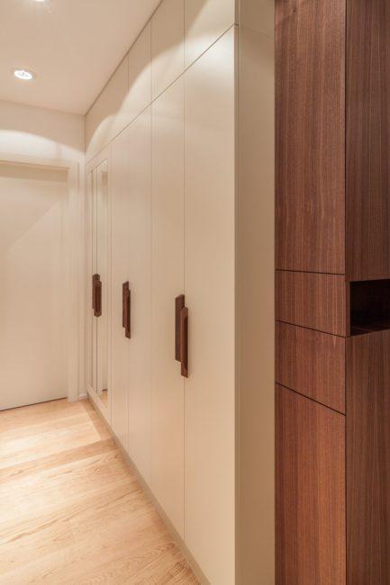 Šatní skříň a dýhovaný botník ve vstupní hale