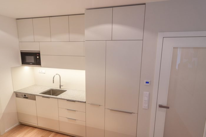 kuchyňská linka a stěna ve stejné barvě