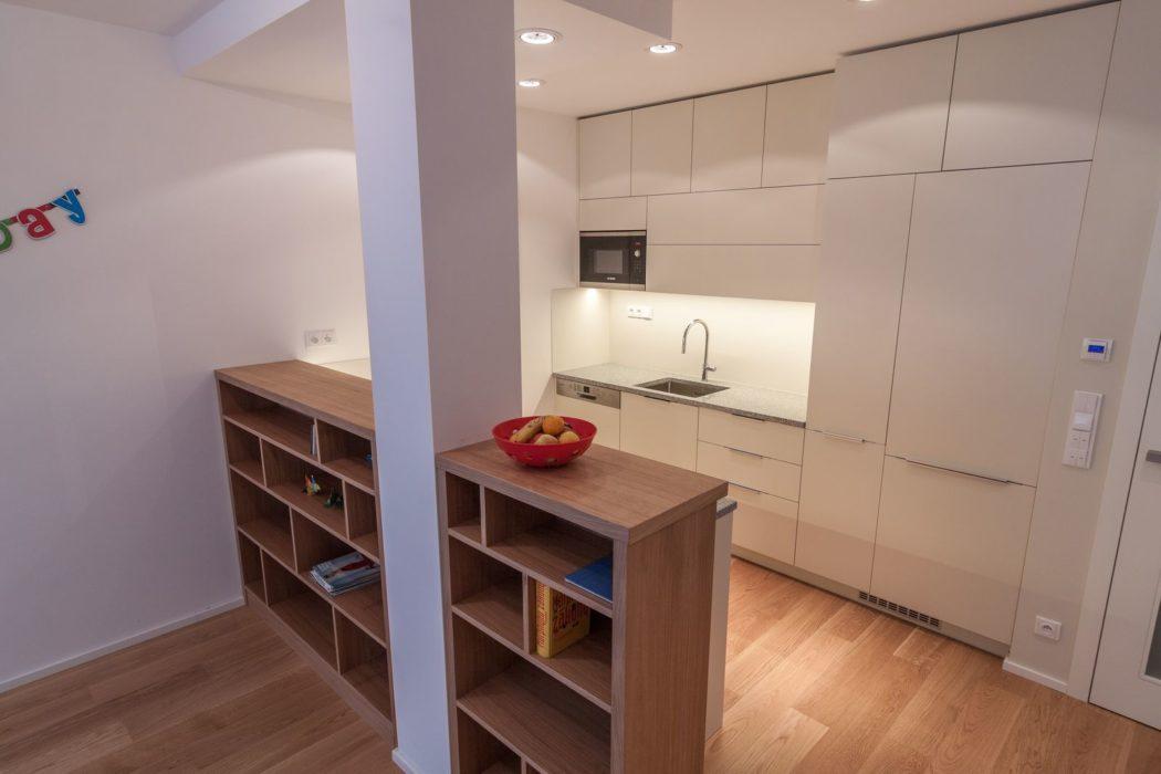 lakovaná kuchyňská linka s kamennou pracovní deskou a knihovna