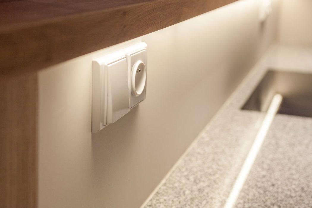 elektrická zásuvka a vypínač LED osvětlení pracovní desky kuchyně