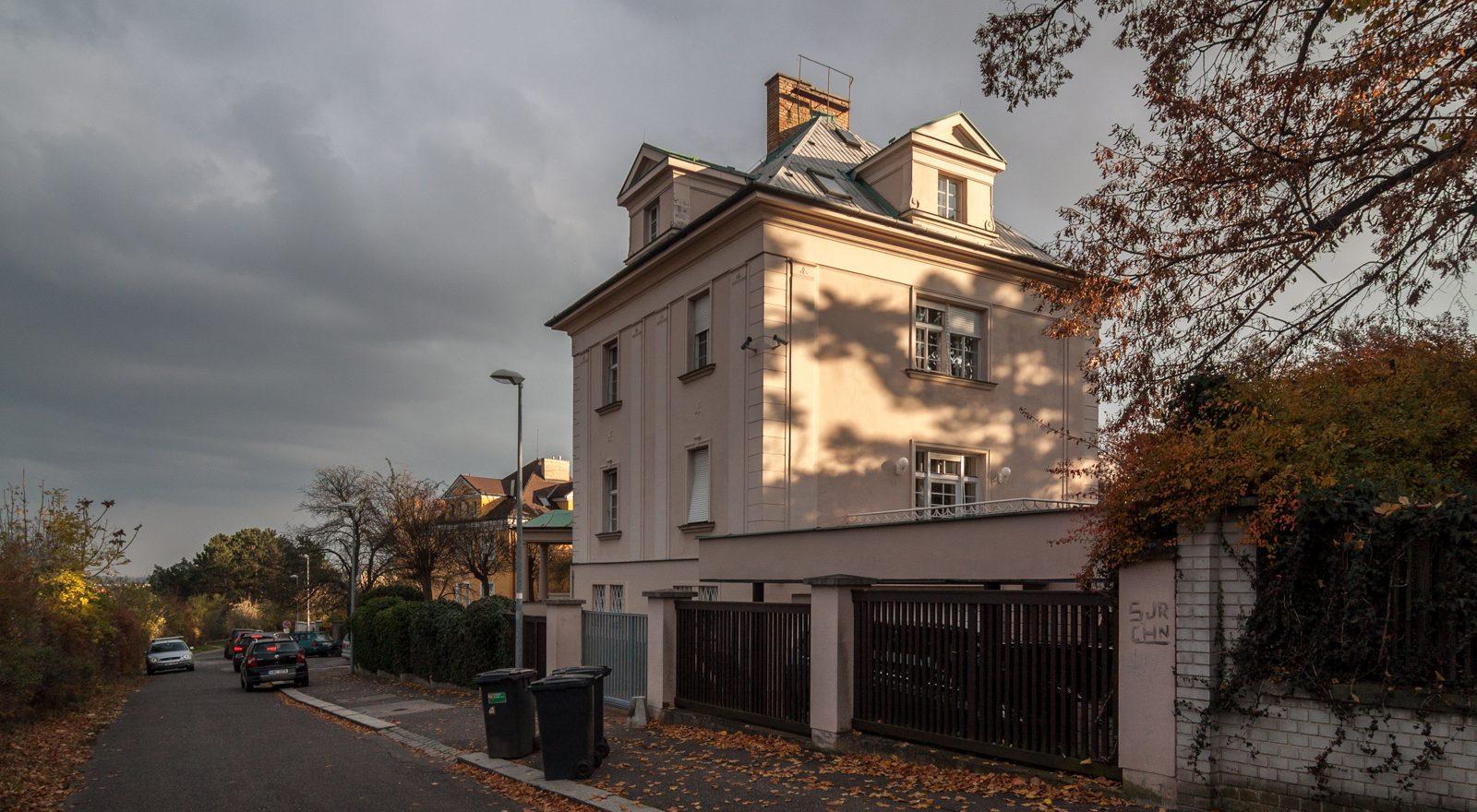 Dům ve tvaru L vytváří do zahrady intimní prostor s balkonem a terasou.